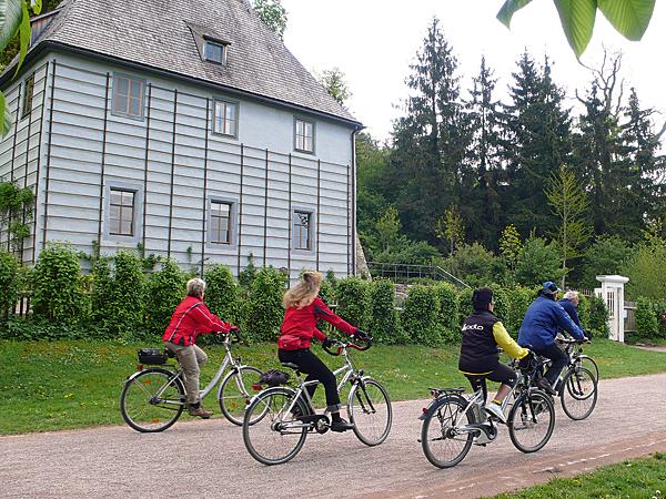 Radfahrer vor Goethes Gartenhaus in Weimar